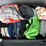 Offener Koffer mit Kleidung