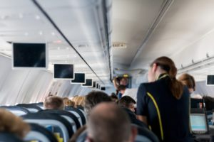 Stewardess im Flugzeug